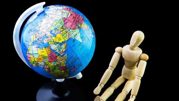 Globus i figurka człowieka - Sputnik Polska