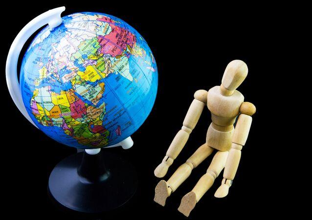 Globus i figurka człowieka