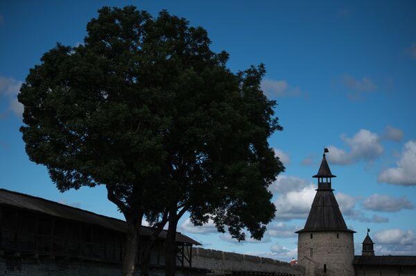 """Kutekroma, północna wieża Pskowskiego Kremlu, na początku XIX wieku była prawie zburzona. Według podania na jej miejscu znajdowała się altanka, która była ulubionym miejscem Puszkina, dzięki czemu otrzymała nazwę """"Puszkinowska altana"""". - Sputnik Polska"""