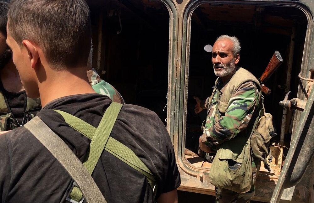 Do oswobodzonych budynków przybywają grupy wsparcia armii syryjskiej.