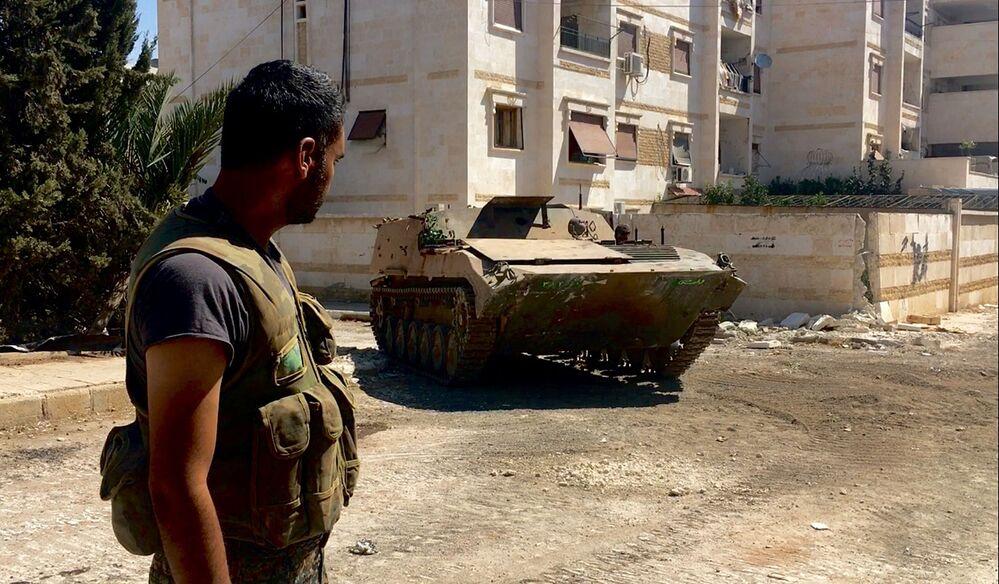 Dzień przed tym syryjskiej armii przy wsparciu sił lotniczych udało się zlikwidować kilka sztuk sprzętu wojskowego bojowników, którzy wyruszyli w stronę szkół wojennych i do rejonu 1070 na południowym zachodzie Aleppo.
