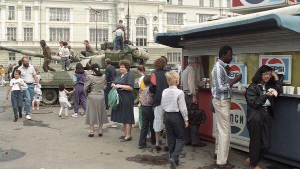 Czołg na ulicy Moskwy podczas puczu sierpniowego 1991 roku. - Sputnik Polska
