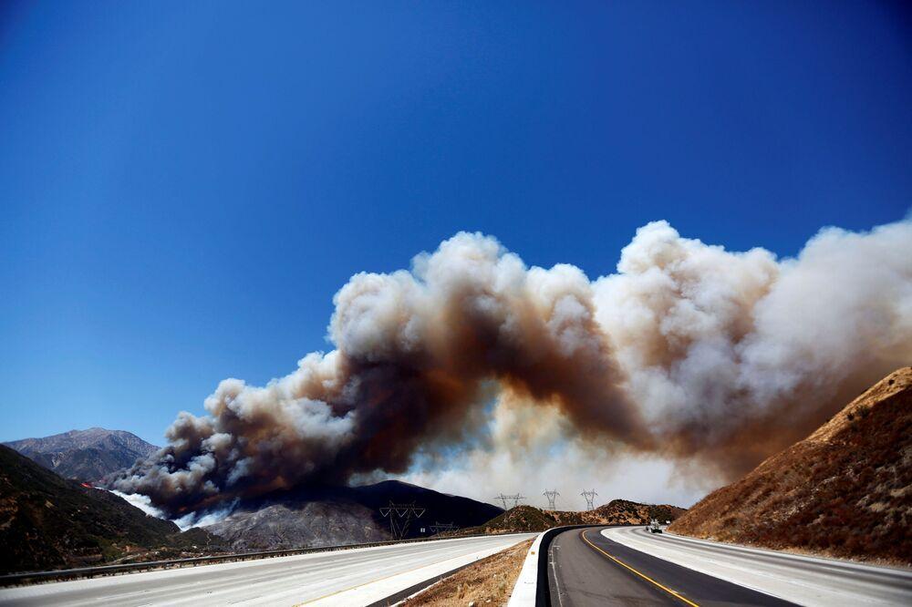 Obłok dymu spowodowany pożarami lasu nad trasą w San Bernardino, stan Kalifornia, USA