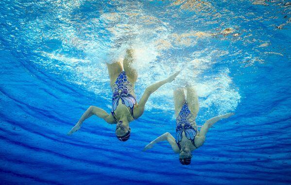 Rosjanka Swietłana Romaszyna i Natalia Iszczenko występują z programem wolnym w turnieju pływania synchronicznego wśród par na XXXI letnich Igrzyskach Olimpijskich - Sputnik Polska