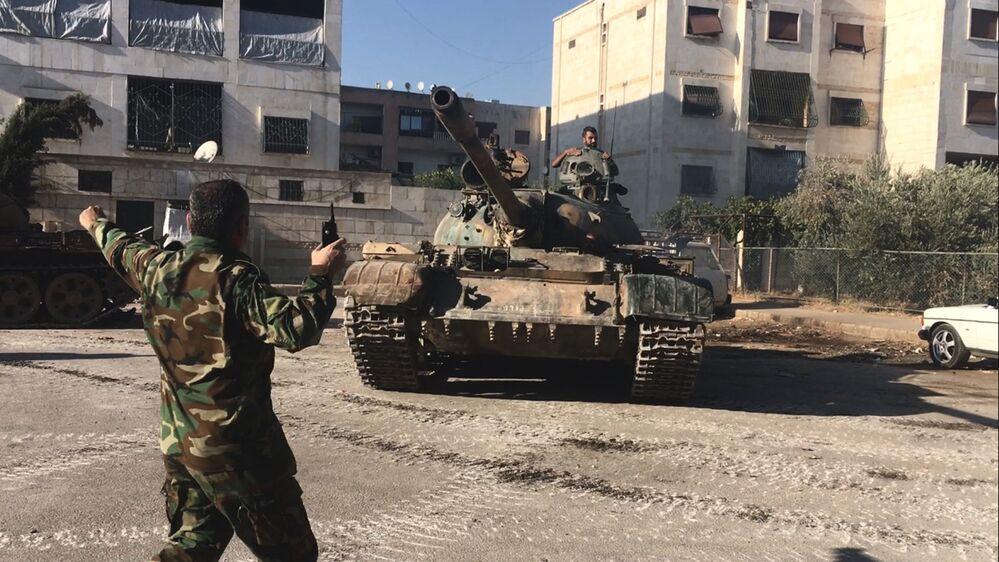 Bojownicy syryjskiej armii podczas ataku w rejonie artyleryjskiej uczelni na południowym zachodzie Aleppo w Syrii