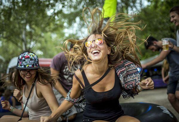 Dziewczęta tańczą podczas festiwalu muzykalnego w Budapeszcie, Węgry - Sputnik Polska