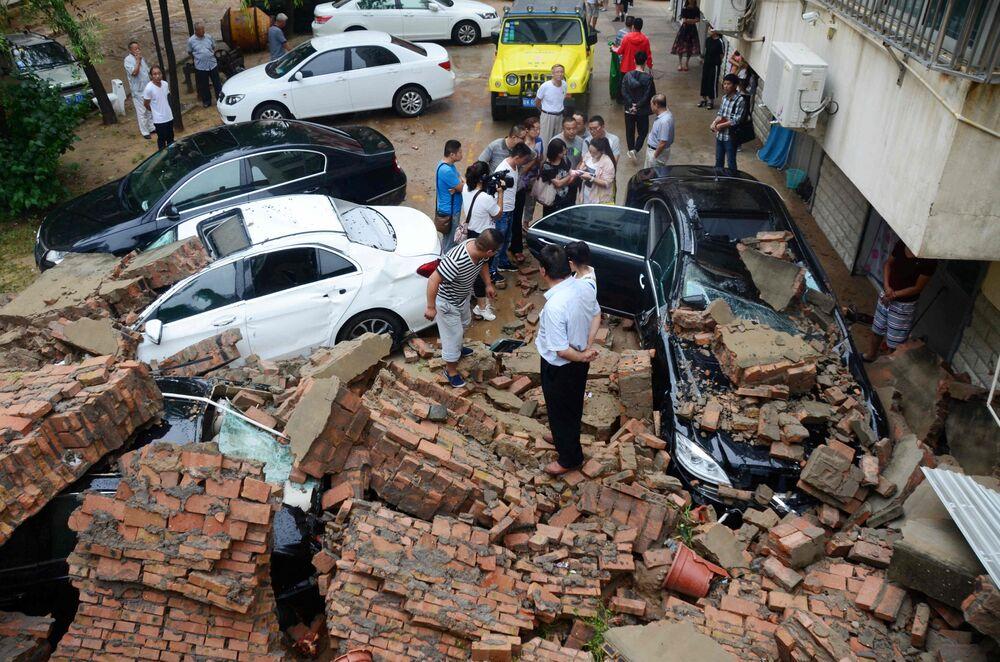 Ściana budynku zniszczona przez silne ulewy w chińskim mieście Yulin