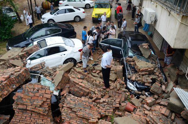 Ściana budynku zniszczona przez silne ulewy w chińskim mieście Yulin - Sputnik Polska