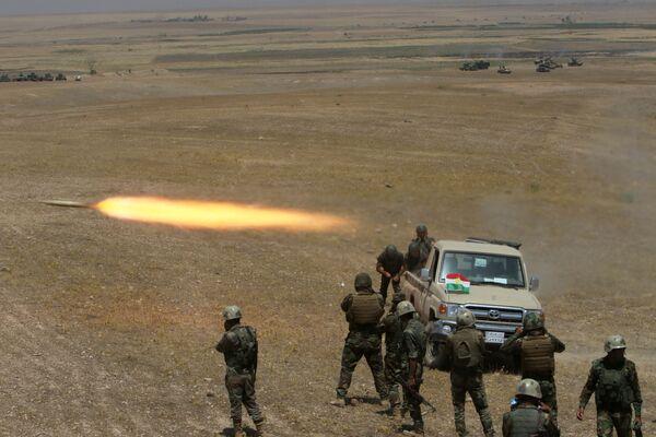 Kurdyjscy wojskowi ostrzelali bojowników Państwa Islamskiego na południowym-wschodzie Mosulu - Sputnik Polska