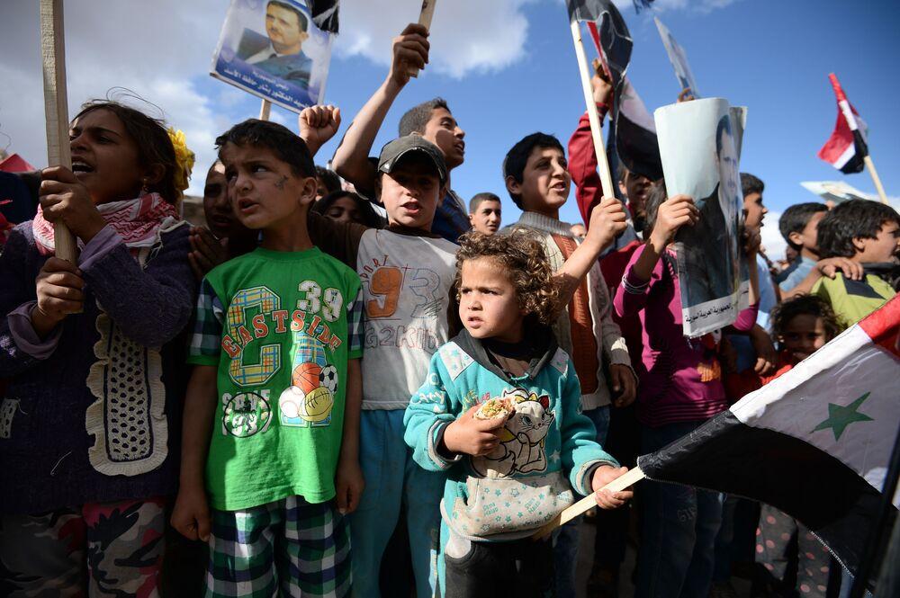 Mieszkańcy Kaukabu podczas rozdawania rosyjskiej pomocy humanitarnej.