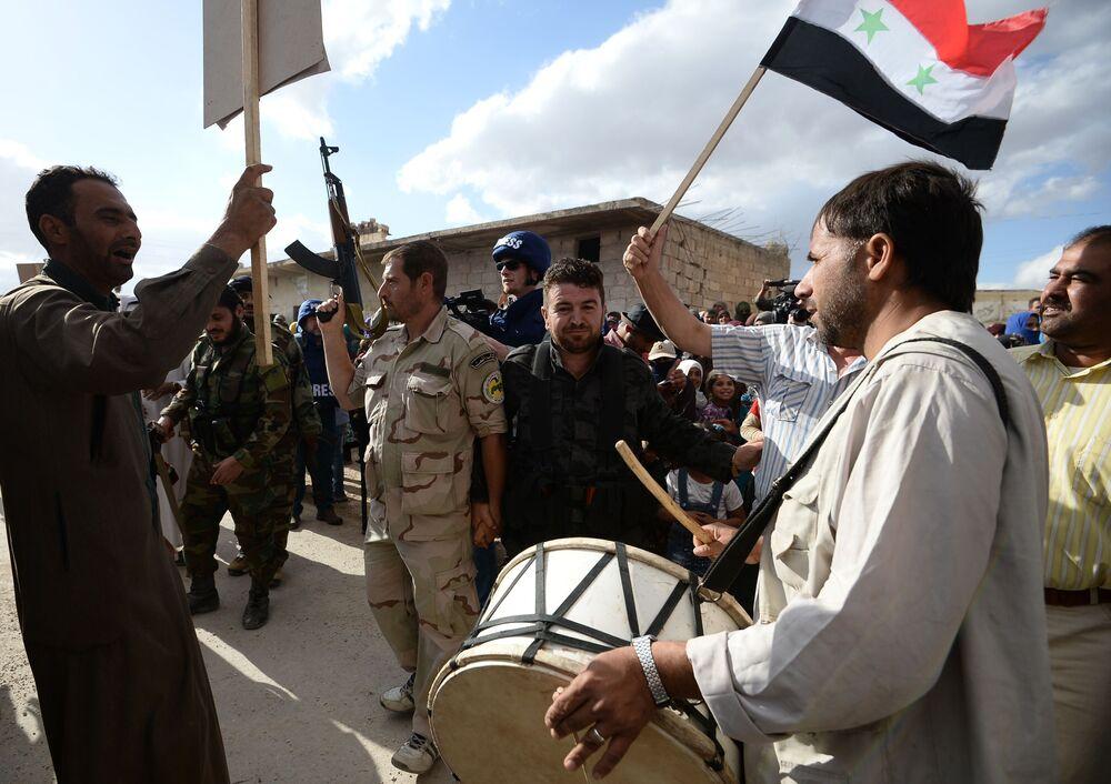 Mieszkańcy miejscowości Kaukab w Syrii podczas rozdzielania rosyjskiej pomocy humanitarnej.