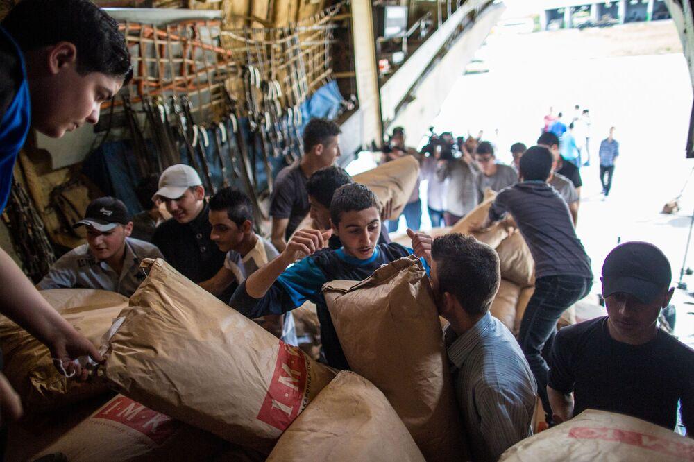 Od początku 2015 roku pracownicy Ministerstwa Spraw Nadzwyczajnych dostarczyli do 18 krajów ponad 90 tys. ton pomocy humanitarnej. Fotografia: rozładunek samolotu MSN Rosji z pomocą humanitarną na lotnisku w Latakii.
