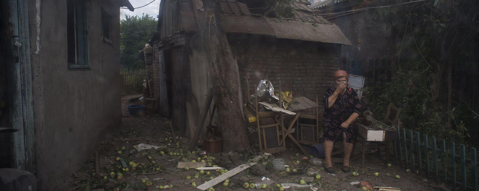 Mieszkanka Ługanska przed domem zniszczonym przez ostrzał artyleryjski miasta dokonany przez wojska ukraińskie - Sputnik Polska, 1920, 02.04.2021