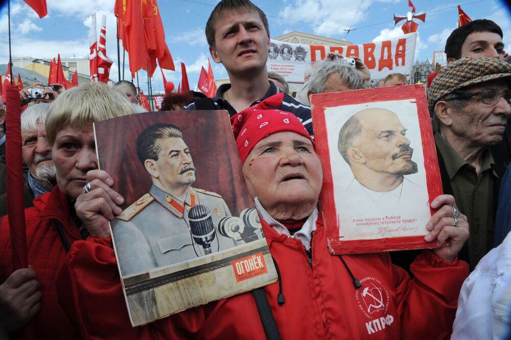 Ucestnicy pierwszomajowego mitingu zwolenników Partii Komunistycznej na Placu Teatralnym