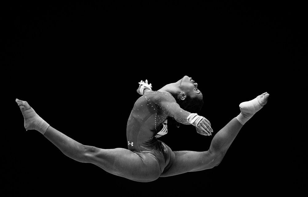 Gabrielle Douglas w USA robi ćwiczenia w stylu wolnym w indywidualnym wieloboju kobiet na mistrzostwach świata w gimnastyce sportowej w Glasgow