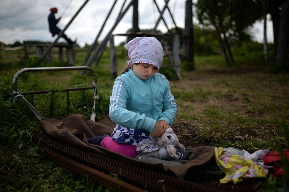 Dziewczynka bawi się w prawosławnym obozie kolonijnym we wsi Potieriawka w Kraju Ałtajskim