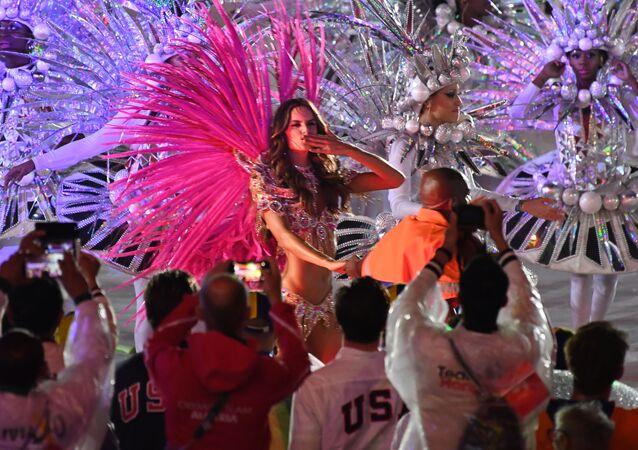 Brazylijska modelka Izabel Goulart podczas ceremonii zamknięcia XXXI Letnich Igrzysk Olimpijskich