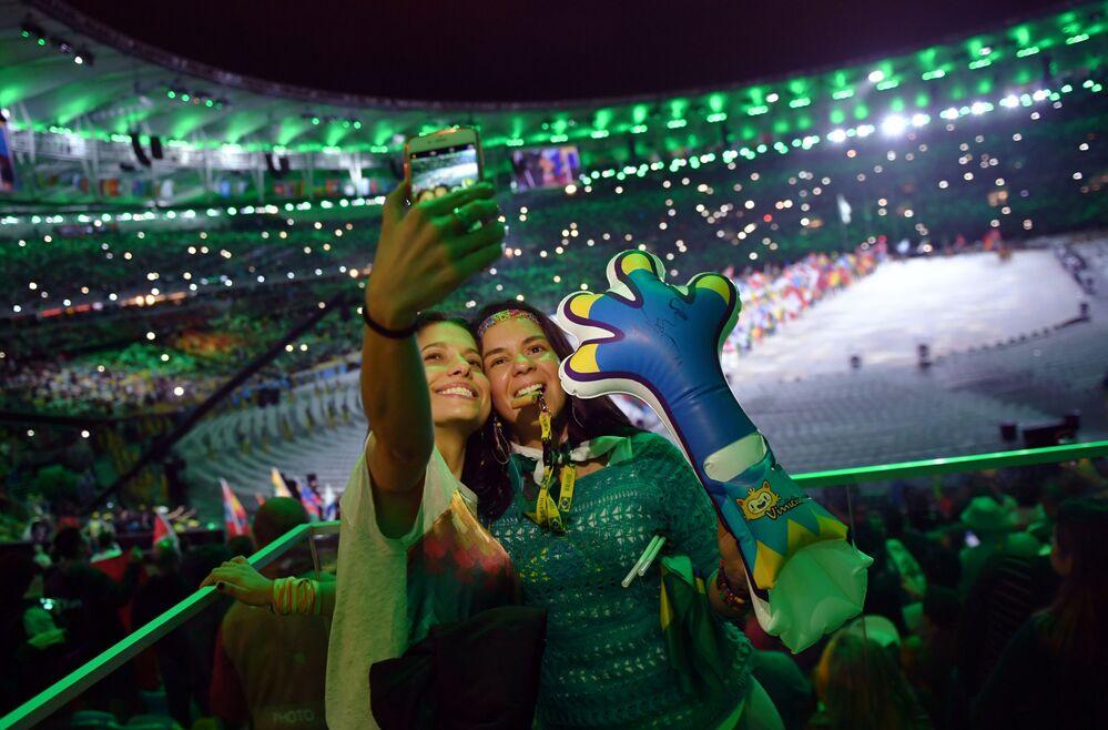 Widzowie podczas ceremonii zamknięcia XXXI Letnich Igrzysk Olimpijskich