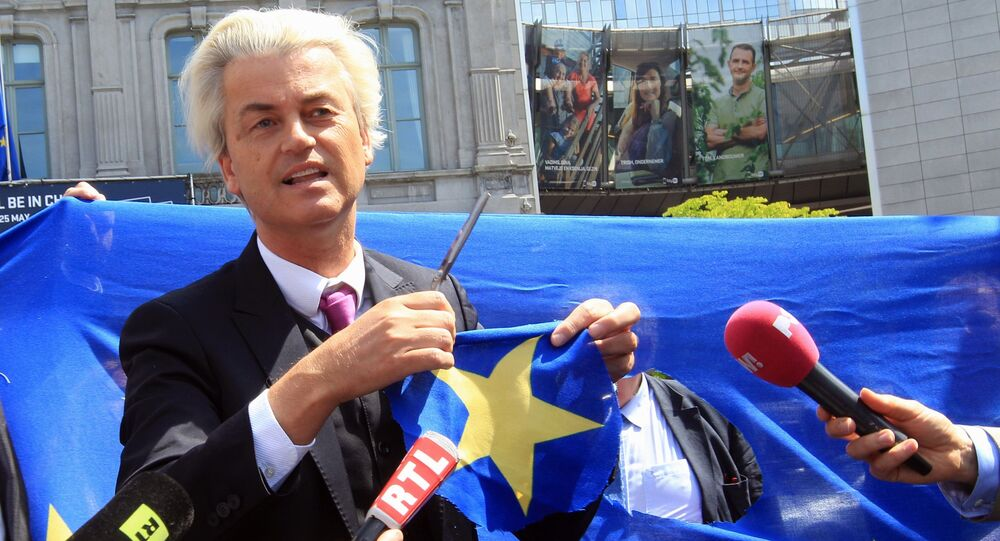 Duński populista i eurosceptyk Geert Wilders wycina gwiazdę z flagi UE tuż przed budynkiem Parlamentu Europejskiego w Brukseli