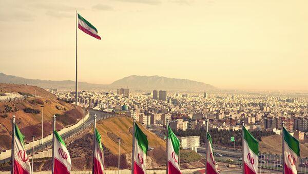 Flagi Iranu, w tle Teheran - Sputnik Polska