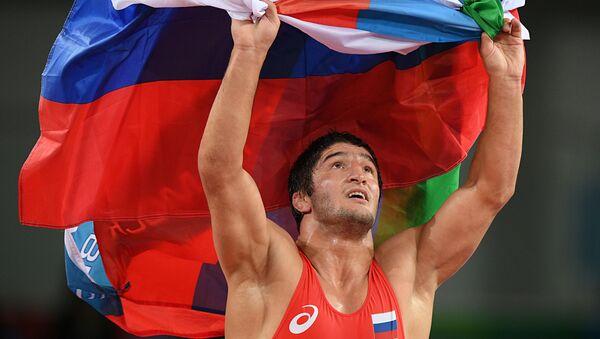 Zapaśnik Abdułraszyd Sadułajew z rosyjską flaga na XXXI Letnich Igrzyskach Olimpijskich - Sputnik Polska