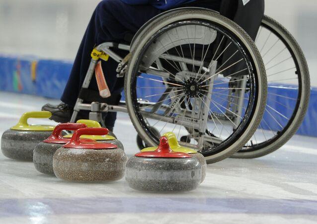 Sportowiec podczas treningu rosyjskiej reprezentacji paraolimpijskiej w curlingu