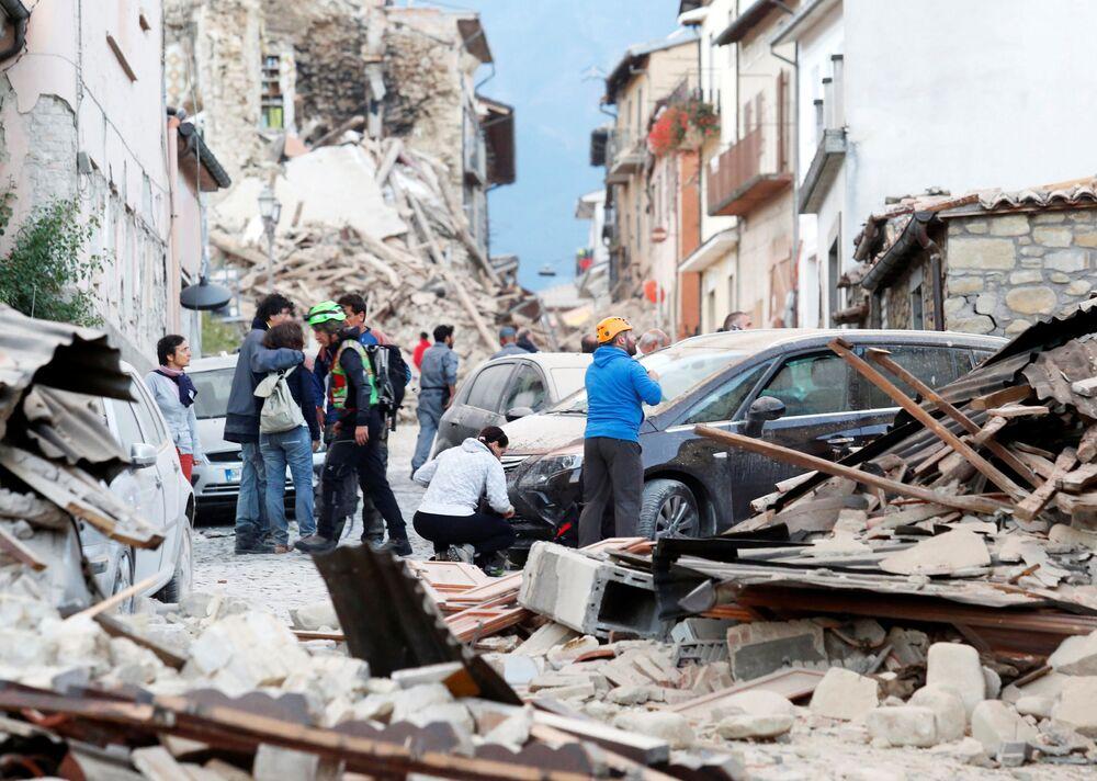 """Burmistrz tego miasta, w którym mieszka około 3 tys. osób, poinformował telewizję RaiNews24, że """"połowy miasta już nie ma, a ludzie są pod gruzami. Według najnowszych danych zginęło 6 osób."""