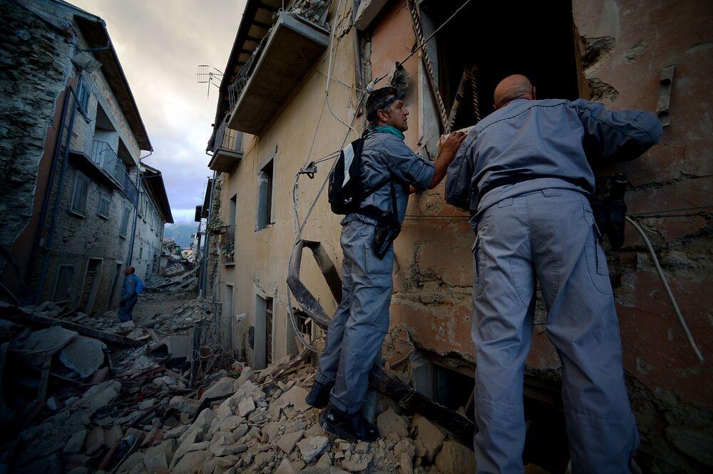Służby ratunkowe szukają ofiar trzęsienia ziemi w zniszczonych domach.