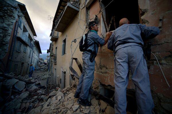 Służby ratunkowe szukają ofiar trzęsienia ziemi w zniszczonych domach. - Sputnik Polska