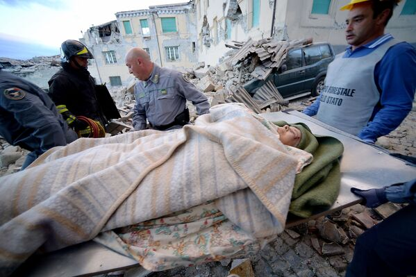 W tym momencie mówi się o 14 śmiertelnych ofiarach trzęsienia ziemi we Włoszech, jednak ratownicy są zdania, że liczba ofiar wzrośnie. - Sputnik Polska