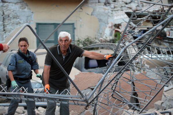 W państwowej służbie obrony cywilnej sygnalizuje się problem z dotarciem do niektórych regionów, które ucierpiały, jednak obiecuje się im jak najszybszą pomoc medyczną. - Sputnik Polska