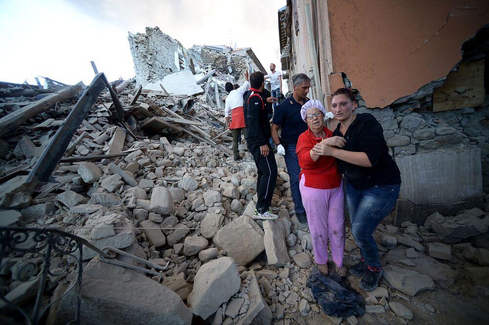 Epicentrum trzęsienia ziemi znajduje się niedaleko miasta Accumoli w prowincji Rieti (region administracyjny Lacjum) na głębokości około 4 km pod powierzchnią ziemi. Według słów burmistrza Lacjum Nicoli Zingarettiego miasto zostało poważnie zniszczone.