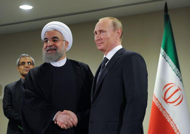 Prezydent Rosji Wadimir Putin i prezydent Iranu Hassan Ruhain
