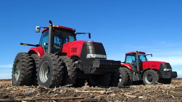 Traktor w polu - Sputnik Polska