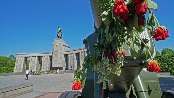 Kwiaty pod pomnikiem wojennym w Tiergarten, Niemcy - Sputnik Polska