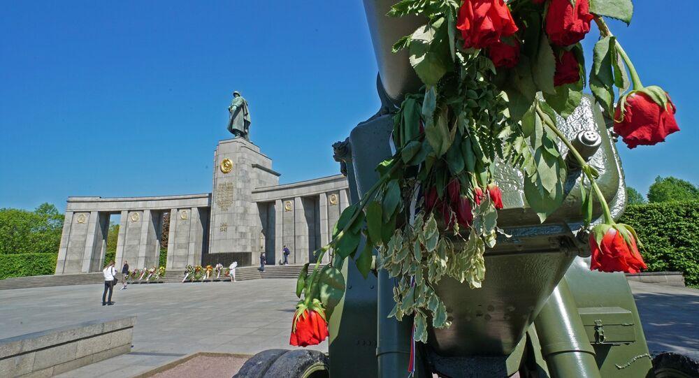 Kwiaty pod pomnikiem wojennym w Tiergarten, Niemcy