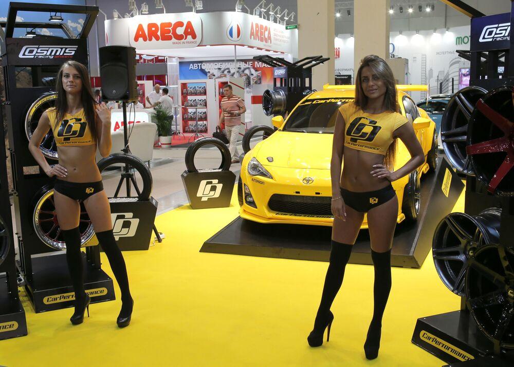 Dziewczyny na Międzynarodowej Wystawie Samochodowej 2016 w Moskwie