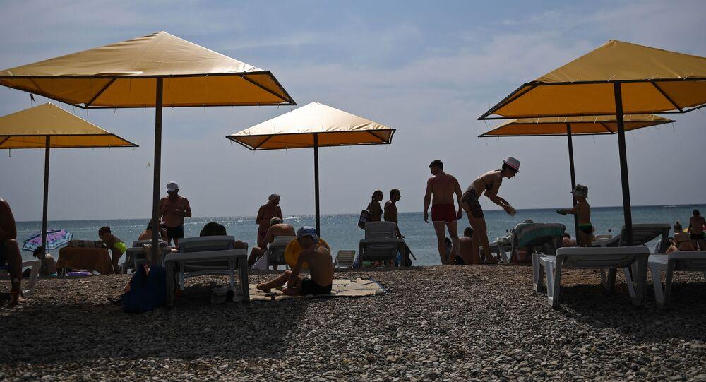 Plażowicze nad Morzem Czarnym na Krymie