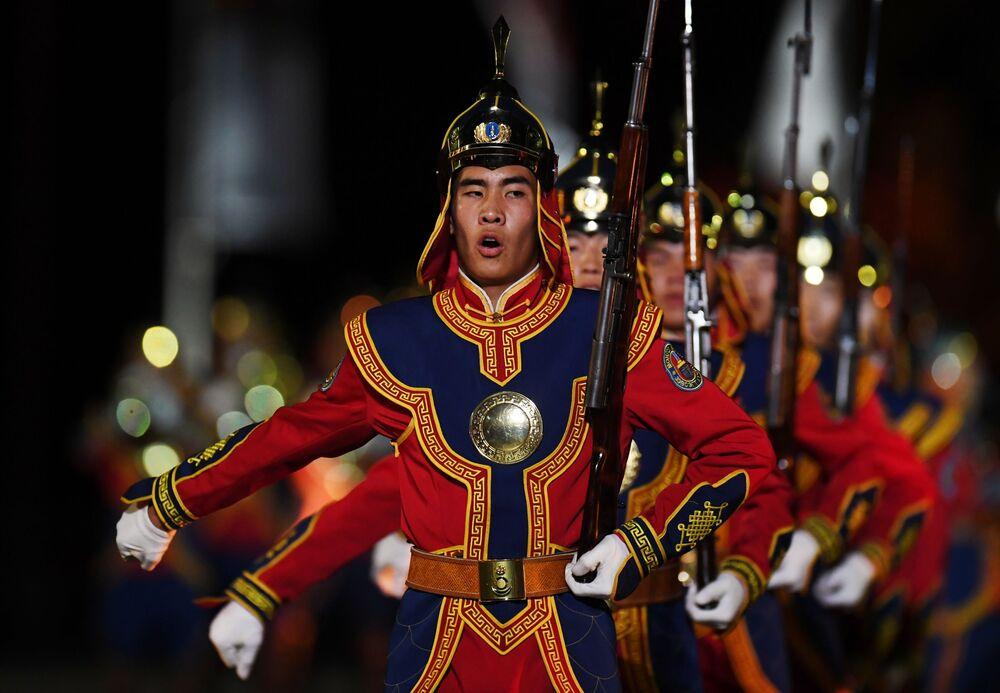 Uczestnicy z Mongolii podczas ceremonii otwarcia 9. edycji Międzynarodowego Festiwalu Orkiestr Wojskowych Spasskaja Basznia