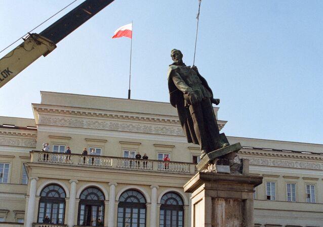 Demontaż pomnika Feliksa Dzierżyńskiego w Warszawie