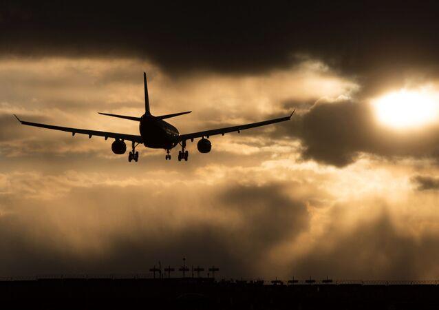 Samolot linii lotniczych Aeroflot zniża się do lądowania na lotnisku Szeremietiewo w Moskwie