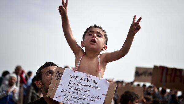 Chios, Grecja. Napis na tabliczce, wiszącej na szyi dziecka, odnosi się do umowy pomiędzy UE i Turcja w sprawie odsyłania do Turcji nielegalnych migrantów - Sputnik Polska
