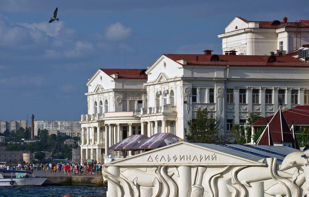 Budynek delfinarium i Pałac Twórczości Dzieci i Młodzieży w Sewastopolu.