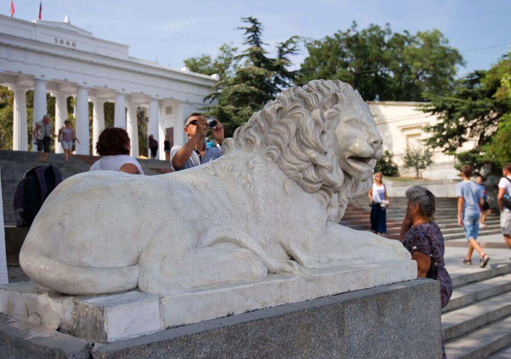 Marmurowy lew w Grafskiej Przystani, Sewastopol.