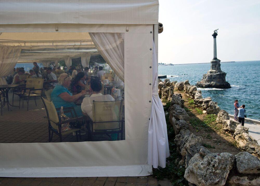 Kawiarnia z widokiem na Pomnik Zatopionym Statkom.