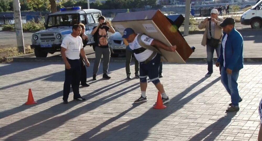 Siłacz z Czelabińska przeniósł na plecach 280-kilogramowe pianino.