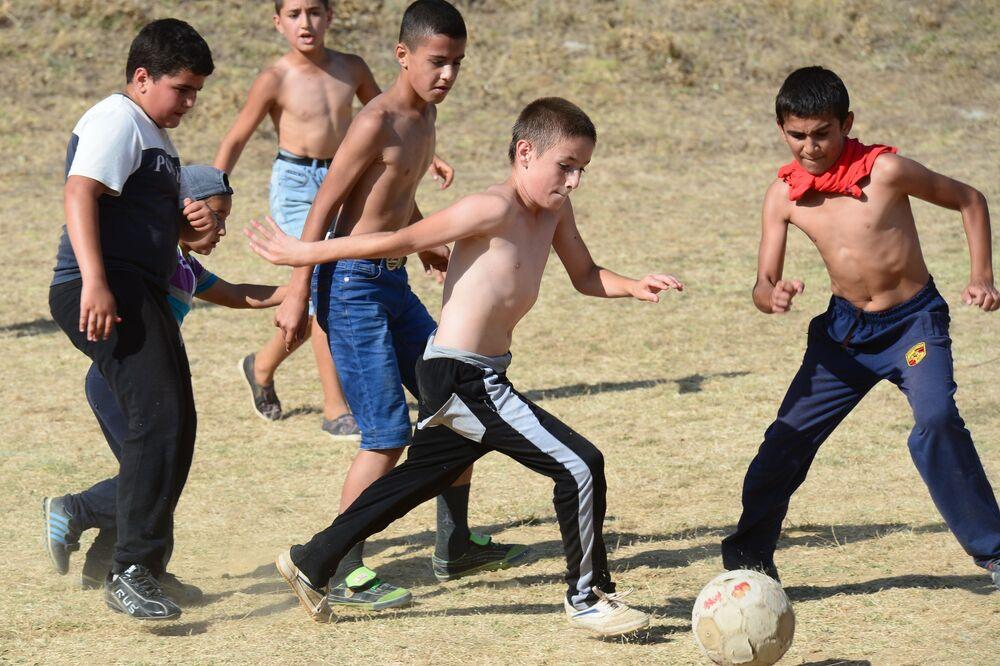 Dzieci podczas piłkarskiego spotkania towarzyskiego między ulicami Winogradną i Zapadną we wiosce Werchnij Dżałgan rejonu derbenckiego Dagestanu.