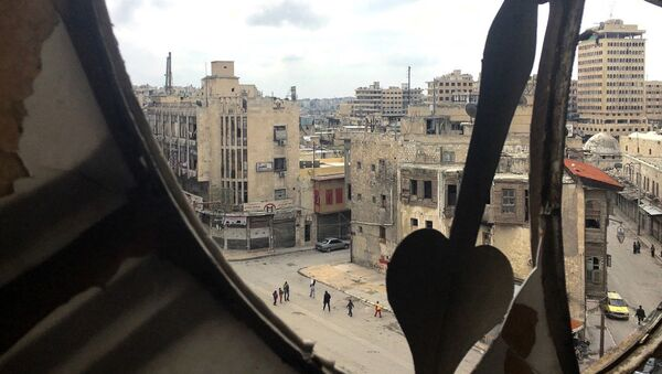 Widok na centrum miasta ze zniszczonej wieży zegarowej w Aleppo - Sputnik Polska
