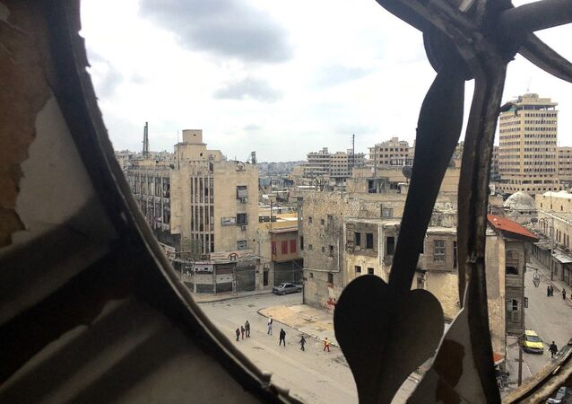 Widok na centrum miasta ze zniszczonej wieży zegarowej w Aleppo
