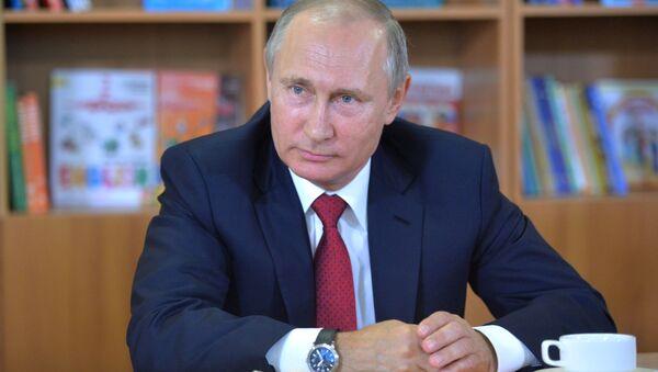 Prezydent Rosji Władimir Putin podczas odwiedzić gimnazjum №2 we Władywostoku - Sputnik Polska